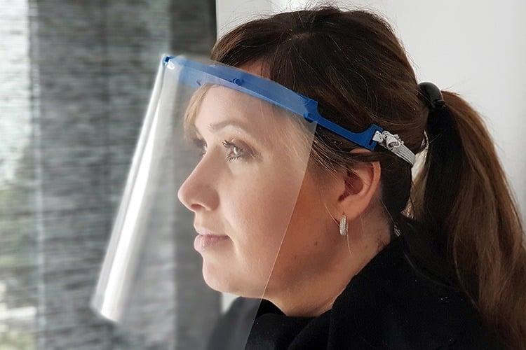Eine Frau trägt ein Gesichtsvisier isepos GmbH